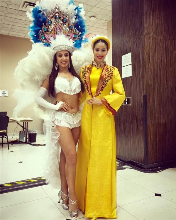 Trong phần thi tài năng vừa diễn ra cách đây vài giờ, Phạm Hương chọn diện bộ áo dài màu vàng rực lấy cảm hứng từhình ảnh của Nam Phương Hoàng hậu. Màu môi đỏ ấn tượng đã hoàn chỉnh diện mạo đầy thu hút của cô.