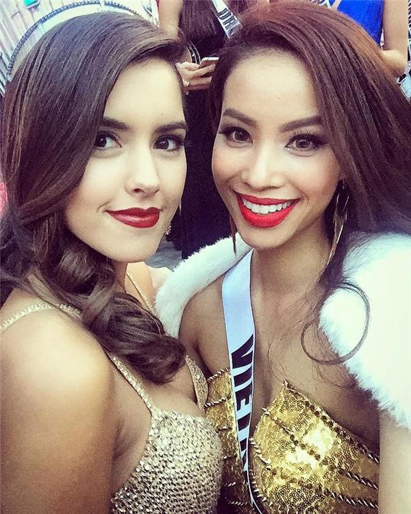 Sắc son đỏ lại một lần nữa xuất hiện cùng trang phục màu vàng ánh kim trong buổi ghi hình chào đón các thí sinh. Trong ảnh là Phạm Hương và đương kim Hoa hậu Hoàn vũ Paulina Vega.