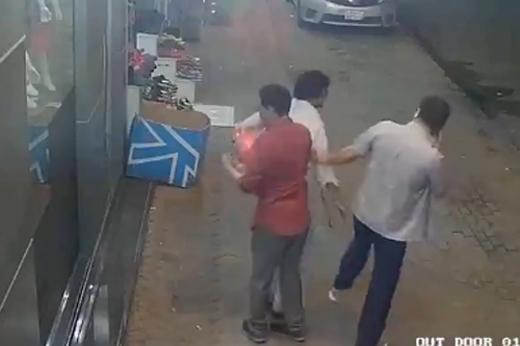 Dàn cảnh cướp táo tợn giữa đường đã khiến nhiều người phải khiếp sợ. (Nguồn: Internet)