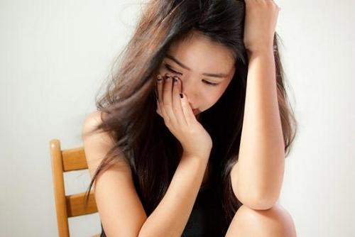 Một trong những việc làm sai lầm và dại dột nhất của con gái sau khi bị người yêu bỏ rơi là buồn chán, thậm chí nghĩ đến chuyện tự tử (Ảnh minh họa).