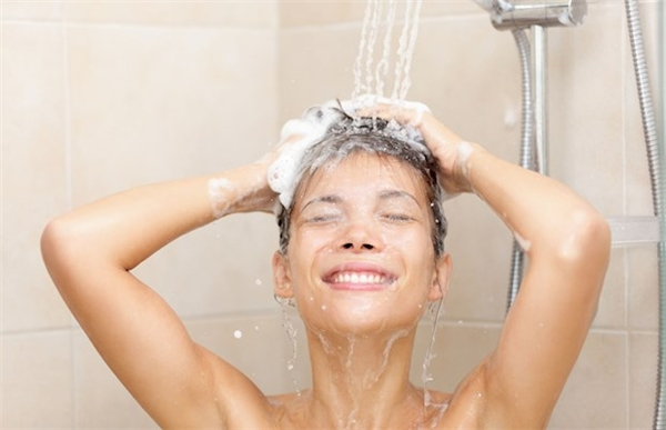 Bạn nên tắm vào buổi sáng nếu có làn da nhờn. (Ảnh minh họa)