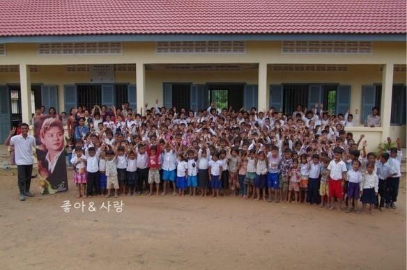 Khi biết fanclub làm từ thiện dưới danh nghĩa tên mình, Junsu không ngần ngại xây hẳn trường học tại đó để giúp đỡ các em có cơ hội đến trường.