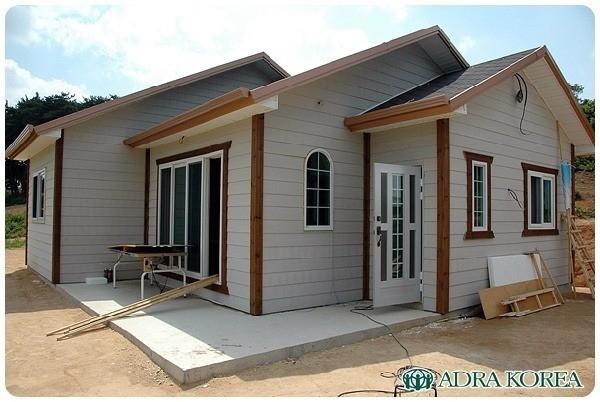 Cùng với tổ chức từ thiện ADRA Korea, Junsu đã quyên góp xây nhà cho một vợ chồng già khuyết tật bị mất nhà trong vụ hỏa hoạn.