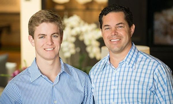 Tucker Hughes (trái)trở thành triệu phú khi mới 22 tuổi. (Ảnh: Internet)