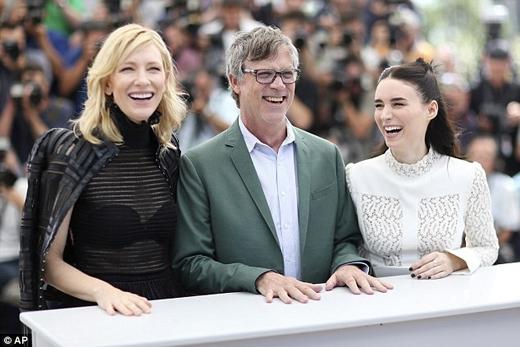 Hai nữ diễn viên Cate Blanchett và Rooney Mara cùng đạo diễn Todd Haynes tại buổi họp báo bộ phim về đồng tính nữ Carol tại Liên hoan phim Cannes. (Ảnh: AP)