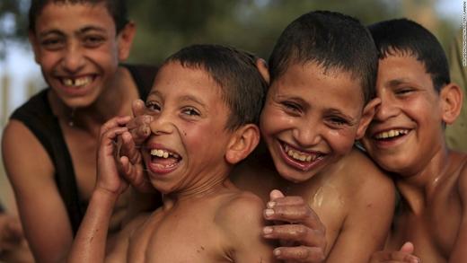 Những cậu bé đùa giỡn bên bờ sông Nile, Ai Cập. (Ảnh: CNN)