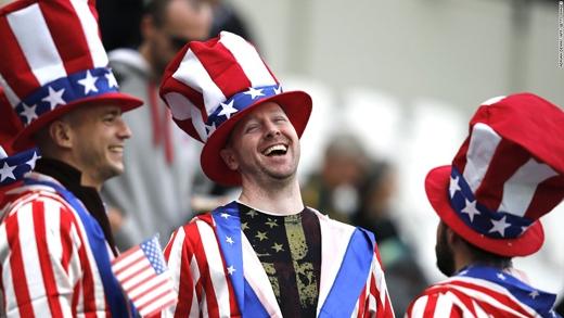 Các cổ động viên trước trận đấu bóng bầu dục giữa Mỹ và Nam Phi. (Ảnh: CNN)