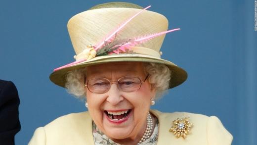 Nữ hoàng Elizabeth II vui vẻ xem đua ngựa tại Epsom, Anh. (Ảnh: CNN)