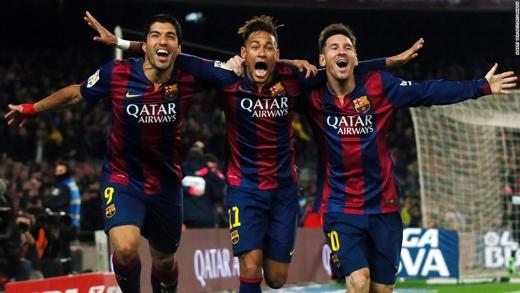 Bộ ba siêu đẳng của câu lạc bộ bóng đá Tây Ban Nha Barcelona (Luis Suarez, Neymar và Lionel Messi) tươi cười rạng rỡ sau khi ghi bàn thắng vào lưới Atletico Madrid. (Ảnh: CNN)