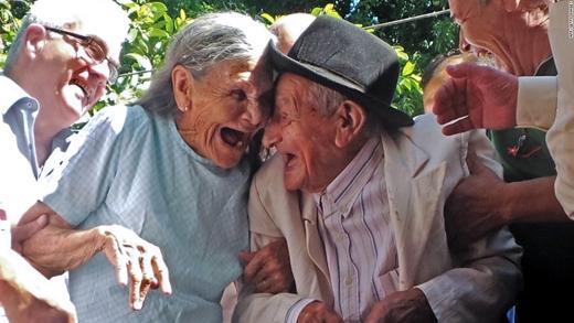 Cụ ông Anacleto Escobar chia sẻ khoảnh khắc hạnh phúc cùng vợ, Cayetana Roman, trong ngày mừng ông thọ 100 tuổi, tại Neembucu, Paraguay. Anacleto là một cựu chiến binh trong cuộc chiến tranh Chaco giữa Paraguay và Bolivia những năm 1930. Trong ngày mừng thọ, ông được tặng một ngôi nhà, thứ mà vợ chồng ông chưa từng có trước đây. (Ảnh: CNN)