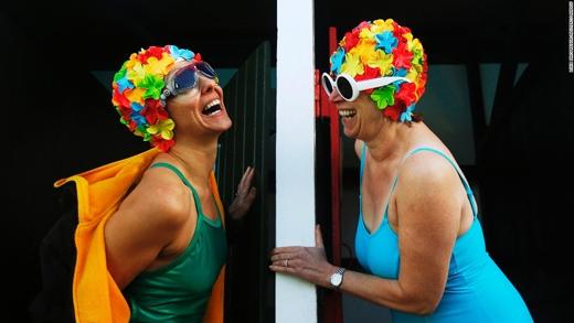 Hai người phụ nữ chuẩn bị tham gia cuộc thi bơi trong nước lạnh ở London. (Ảnh: CNN)
