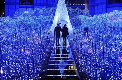 Nếu không thể chờ đợi để quẩy cùng thần tượng vào ngày 31/12, ngay từ 20/12 này, bạn đã có thể chiêm ngưỡng một con đường Giáng sinh Xanh được trang hoàng rực rỡ, là nơi bạn nhắn gửi những lời yêu thương cho một mùa Giáng sinh – năm mới ấm áp, trải dài từ Cresent Mall đến Hồ Bán Nguyệt. (Ảnh: Internet)