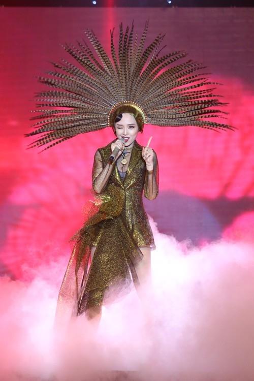 Cộng đồng LGBT chắc sẽ khó quên được việc cô nàng Tóc Tiên từng dành cho họ một món quà đặc biệt đó là màn trình diễn được dàn dựng hoành tráng trong liveshow thứ 4 của The Remix 2015. - Tin sao Viet - Tin tuc sao Viet - Scandal sao Viet - Tin tuc cua Sao - Tin cua Sao