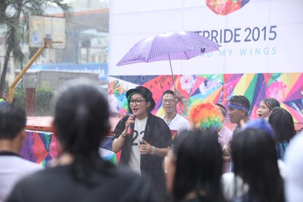Vicky Nhung đã hát và nhảy dưới mưa cùng hơn 1000 thành viên LGBT tại sự kiện VietPride 2015. - Tin sao Viet - Tin tuc sao Viet - Scandal sao Viet - Tin tuc cua Sao - Tin cua Sao