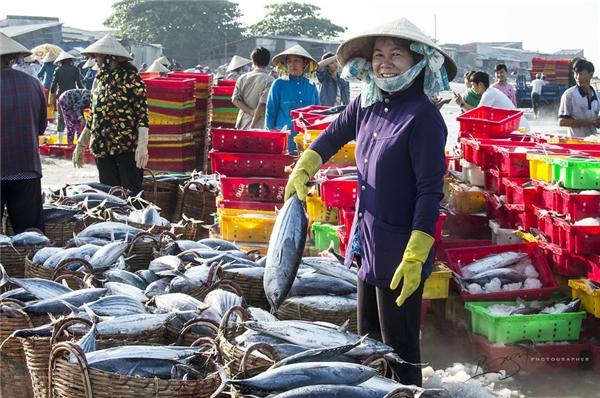 Nghề đánh bắt và phân phối hải sản đã tạo công ăn việc làm cho đa số cư dân ở Long Hải.(Ảnh: Nguyễn Vũ Phước)