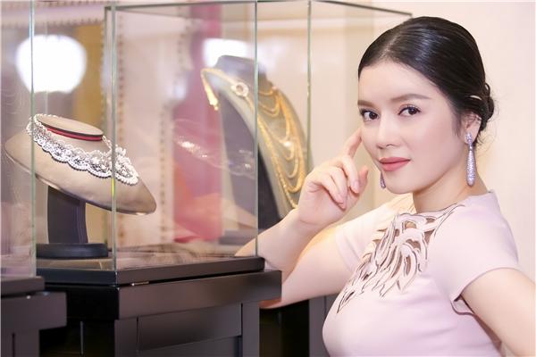 Theo thông tin, điểm nhấn trong bộ trang sức lần này là chiếc vòng cổ đắt tiền có giá 230.000 USD (hơn 5 tỉ đồng) - Tin sao Viet - Tin tuc sao Viet - Scandal sao Viet - Tin tuc cua Sao - Tin cua Sao