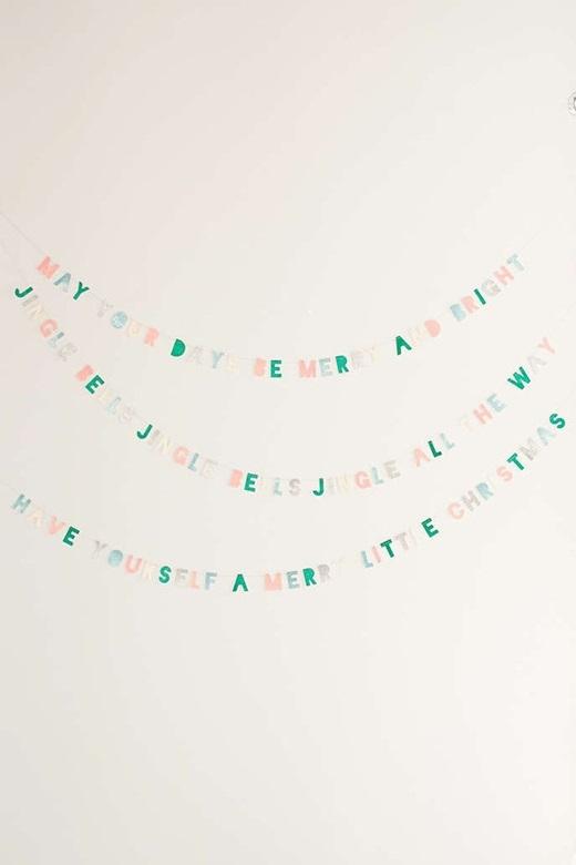 Tỉ mỉ cắt từng con chữ từ giấy màu và sắp xếp thànhthông điệp mà bạn muốn nhắn nhủ với bản thân trong dịp lễ hội này.(Ảnh: BuzzFeed)