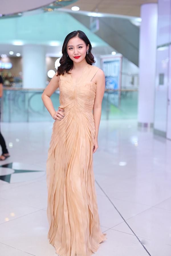 Với bộ váy màu vàng kem này, nếu bỏ đi chi tiết ở thắt vai sẽ giúp tổng thể bớt nặng nề và trở nên hiện đại, cá tính hơn.