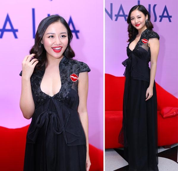 Với bộ váy đen, thiết kế lại gây rối rắm bởi hàng loạt chi tiết được chồng chất lên nhau.