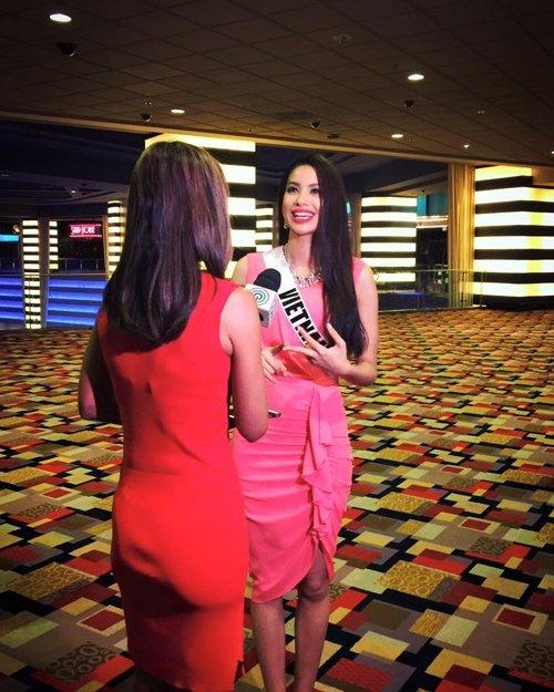 Phạm Hương trả lời phỏng vấn của phóng viên quốc tế - Tin sao Viet - Tin tuc sao Viet - Scandal sao Viet - Tin tuc cua Sao - Tin cua Sao