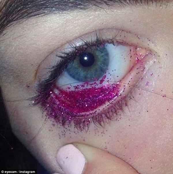 Những cô gái trẻ ưa thích rắc kim tuyến vào mắt để trở nên nổi bật.