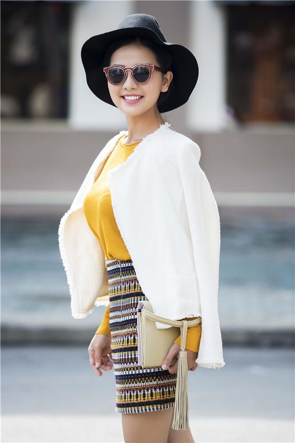 Bộ trang phục mang đậm hơi thở thời trang Thu - Đông hơn nhờ chiếc áo khoác trắng bằng vải len dạ cùng mũ fedora tương phản tông màu.