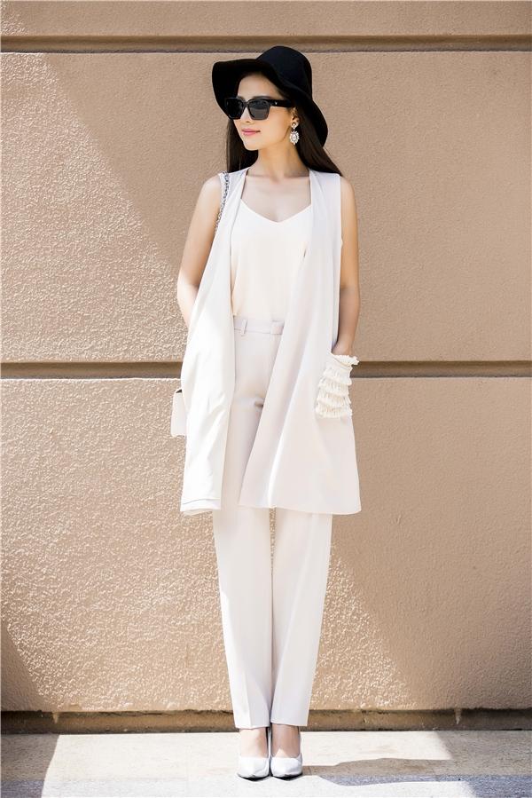 Cách phối trang phục tông xuyệt tông cũng là một gợi ý tuyệt vời cho các cô gái khixuống phố những ngày này. Tuy nhiên, nên chọn một chi tiết làm điểm nhấn như: áo khoáchoặc phụ kiện đi kèm để tránh gây ra cảm giác nhàm chán, đơn điệu.