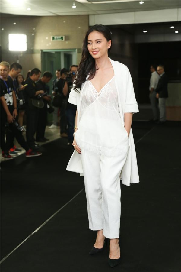 Ngô Thanh Vân diện cả cây trắng thanh lịch. Chiếc áo ren theo phong cách trang phục ngủ giúp đả nữ trông quyến rũ hơn hẳn.