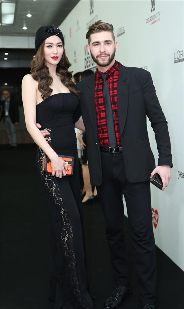 Khánh My đến tham dự đêm tiệc thời trang này cùng chàng vũ công sẽ đồng hành với cô tại Bước nhảy Hoàn vũ năm nay.