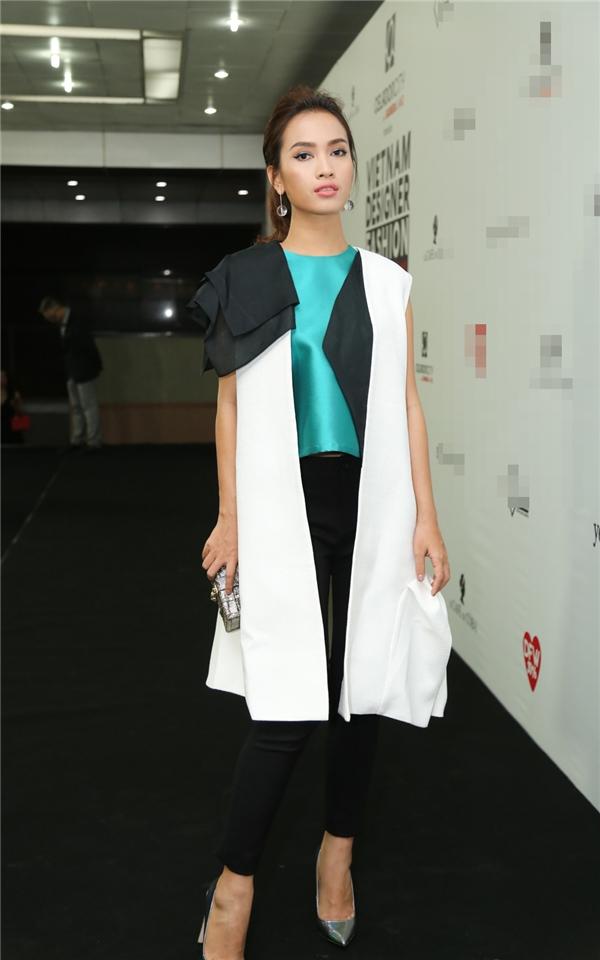 Ca sĩ Ái Phương với bộ trang phục được chọn phối nhiều lớp cùng những mảng màu ấn tượng.