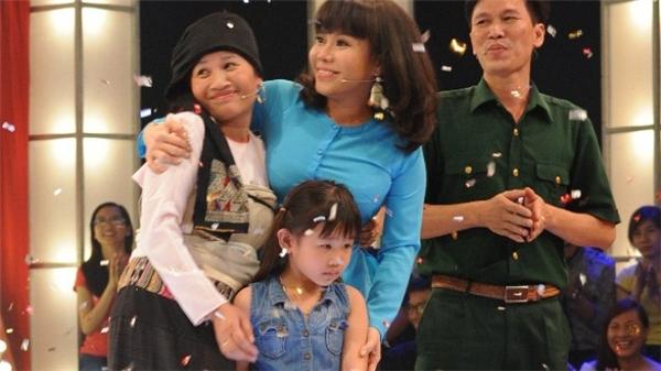 Vợ chồng chị Dần cùng con gái hạnh phúc khi nhận giải thưởng lớn.