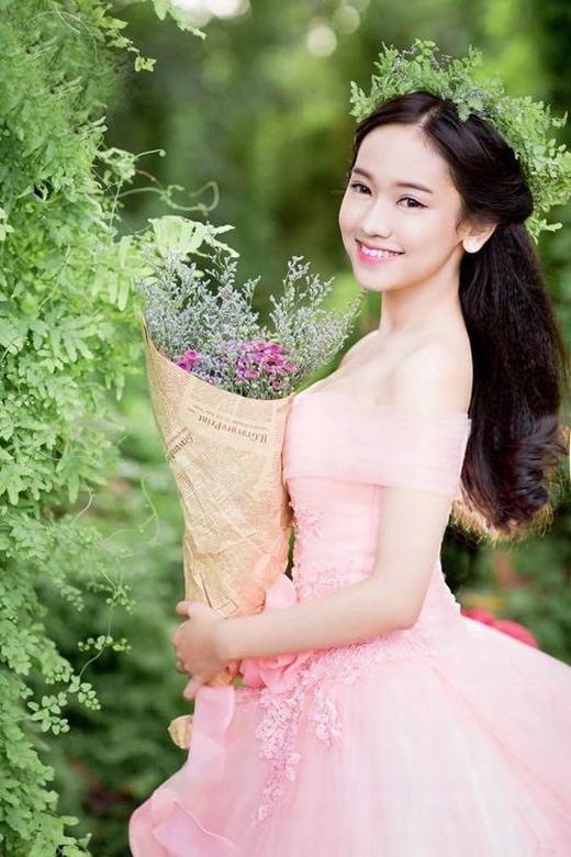 """Nguyễn Thúy Vi, """"cô nàng lắm chiêu""""nổi như cồn trong năm 2015."""