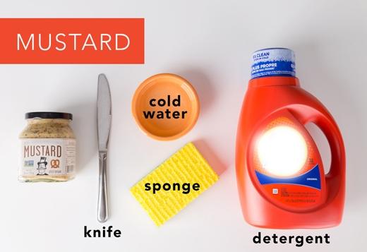 Mù tạt: Giống như trên, dùng dao cạo sạch chỗ mù tạttrên vải. Sau đó trộn 1 cốc nước lạnh + 1 muỗng cà phê bột giặt lỏng rồi lấy miếng xốp chà sạch. (Ảnh: Greatist)