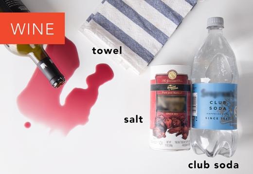 Rượu: Nếu là vết rượu mới dính, đổ thật nhiều muối lên chỗ dính, nó sẽ hút hết rượu.Nếu cách này không hiệu quả, đổ nước ngọt có ga lên vết bẩn và dùng khăn thấm sạch. (Ảnh: Greatist)