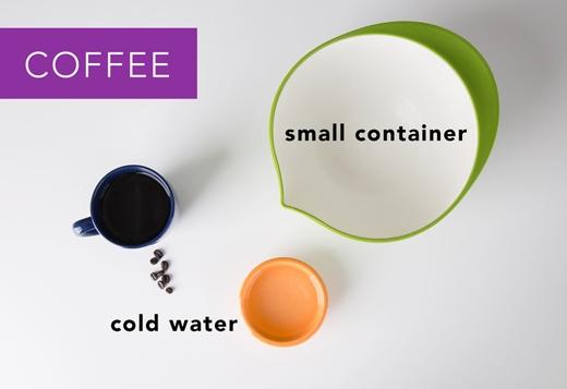 Cà phê: Hứng quần/áo trên bồn rửa hoặc một chiếc chậu nhỏ, sau đó đổ nước đá lạnh vào mặt sau vải nơi dính bẩn. Nếu vết cà phê vẫn còn, dùng bột giặt dạng lỏng vò nhẹ rồi ngâm trong nước lạnh trong vòng 30 phút. (Ảnh: Greatist)
