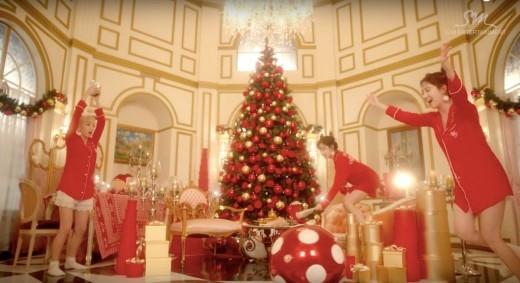 Không phân biệt tôn giáo, tín ngưỡng, có những bài hát, những giai điệu về Giáng sinh mà người người, nhà nhà đều quen thuộc. Jingel bells, Last Christmas, All I want for Christmas is you, Santa Claus is coming to town… Còn gì háo hức và thích thúhơn việcđi dạo trên những con phố ngập tràn ánh đèn và giai điệu rộn ràng chào đón mùa an lành đang đến? (Ảnh: Internet).
