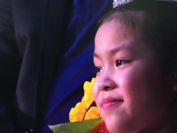 Cô con gái bé nhỏ Minh Hạnh xúc động trong ngày cưới của bố mẹ. (Ảnh: Internet)