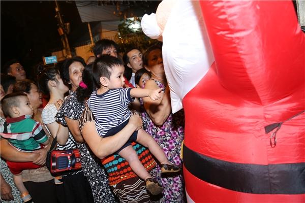 Hàng trăm người hâm mộ xếp hàng xem biệt thự tiền tỉ của Đàm Vĩnh Hưng - Tin sao Viet - Tin tuc sao Viet - Scandal sao Viet - Tin tuc cua Sao - Tin cua Sao