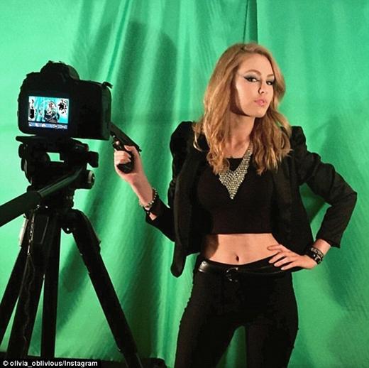 Olivia còn được một nhà sản xuất video mời tới mô phỏng MV Bad Blood của nữ ca sĩ nhạc đồng quê nổi tiếng Taylor Swift.