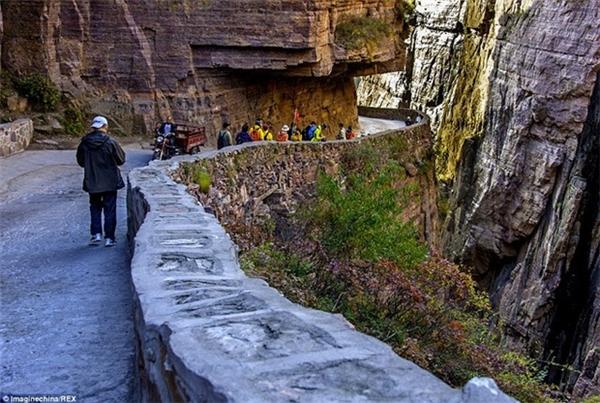 Đường hầm xuyên núi đá đục bằng tay suốt 5 năm