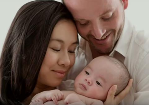 Bé trai gốc Việt sinh ra từ tinh trùng đông lạnh 23 năm