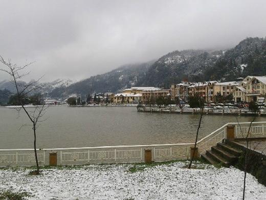 Ngày 15/12, du khách vui thích khi Sa Pa cũng có tuyết rơi. Ảnh: Vnexpress.net