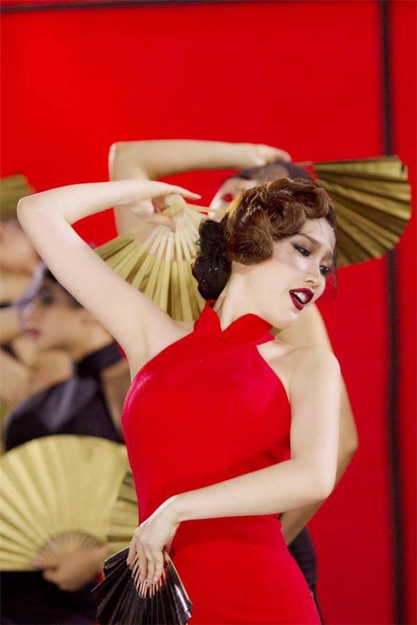 Nữ ca sĩ trông vô cùng quyến rũ với tông đỏ gợi cảm. - Tin sao Viet - Tin tuc sao Viet - Scandal sao Viet - Tin tuc cua Sao - Tin cua Sao