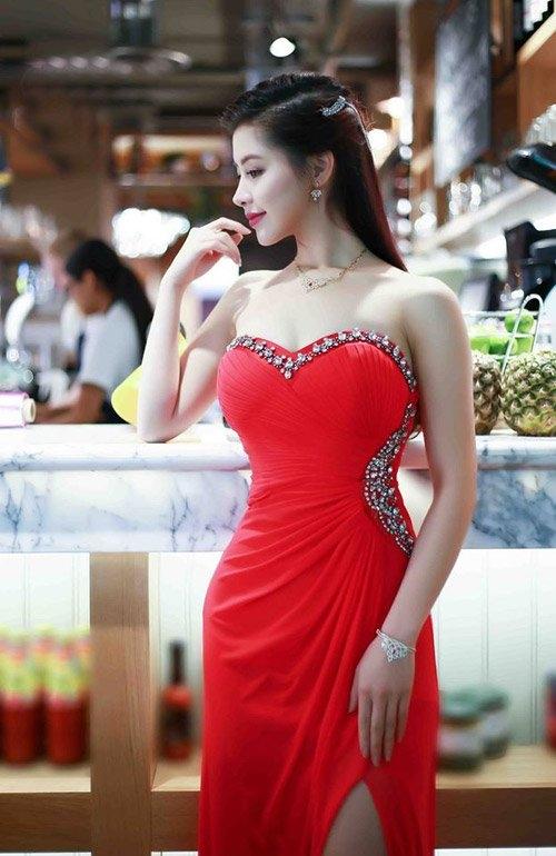 Ở góc này, cô có nét giống với hoa hậu Phạm Hương. (Ảnh: Internet)