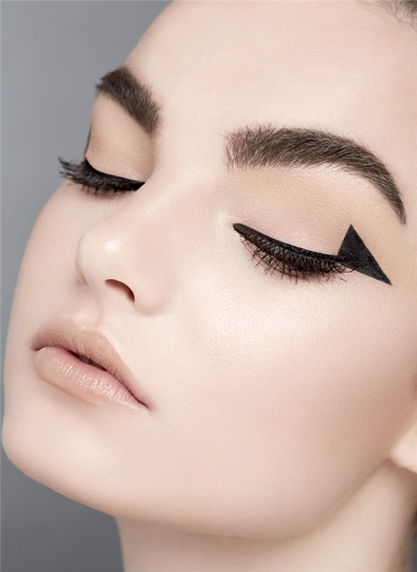 Bạn hoàn toàn có thể thử sức và làm mới mình bằng một phong cách kẻ eyeliner cực chất. Thay vì eyeliner phong cách đuôi vểnh và mắt mèo thường gặp, hãy kẻ đuôi eyeliner thành một cái tam giác nhỏ. Hiệu ứng của ánh nhìn bạn sẽ cực mới mẻ và hấp dẫn người đối diện.