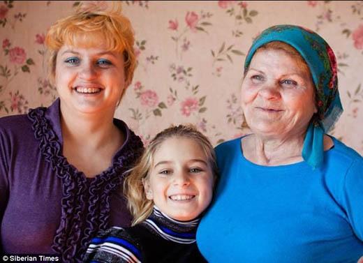 Bà Lyudmila cùng con gái và cháu gái(Ảnh: Internet)