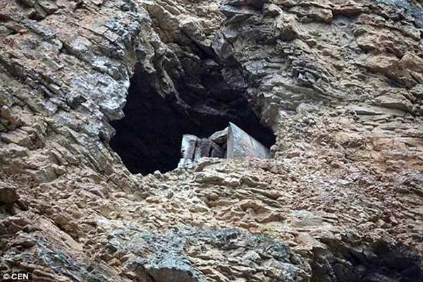 Rùng mình khi phát hiện cả một nghĩa địa treo trên vách núi