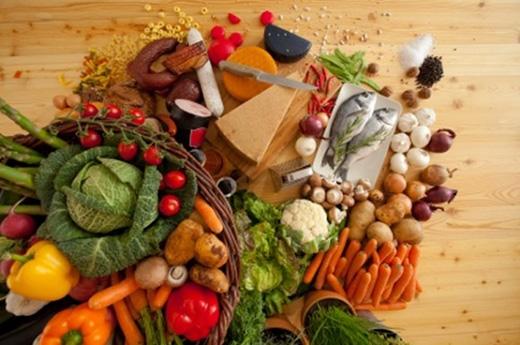 Đừng quên bổ sung thực phẩm để làm đẹp mắt từ bên trong.(Ảnh: Internet)