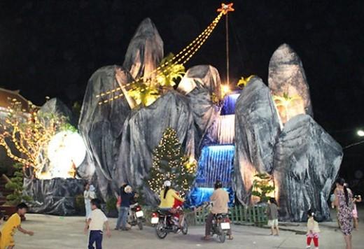 Hàng trăm hang đá, cây thông phủ tuyết trắng và ông già Noel, tượng Đức Mẹ, Chúa Jesus… với đủ sắc màu được người dân trang hoàng rực rỡ ngay trước nhà, trên vỉa hè, nơi các ngã ba, ngã tư đường phố, càng làm cho không khí đêm Giáng sinh thêm náo nhiệt. (Ảnh: Internet).