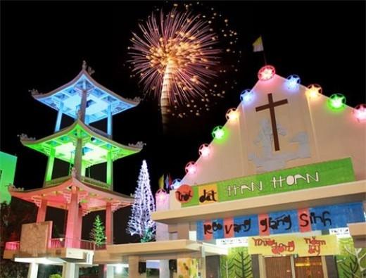 Nhà thờ Tân Định có lối kiến trúc độc đáo và cách trang hoàng mừng Giáng sinh ấn tượng. (Ảnh: Internet).
